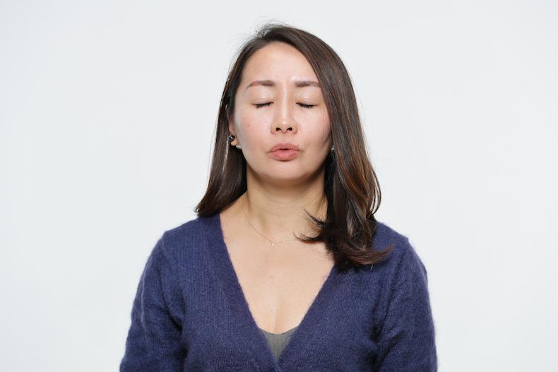 凝り固まった顔の筋肉をほぐす体操