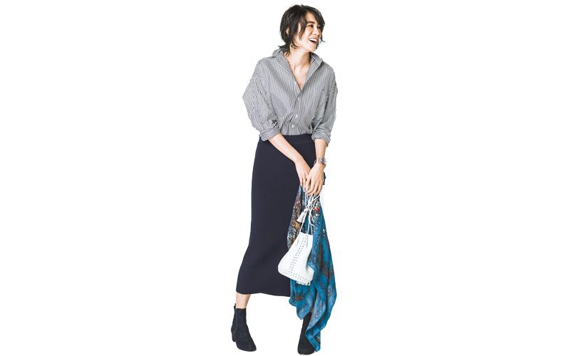 【5】ストライプシャツ×黒ロングタイトスカート