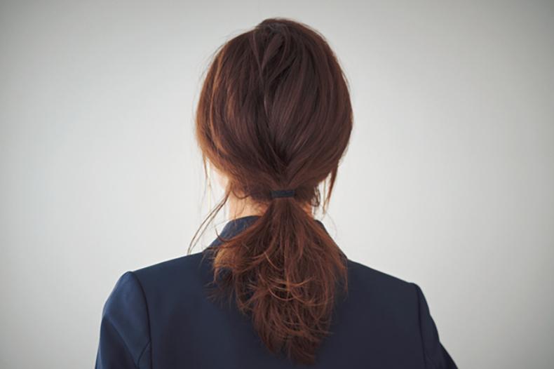 おくれ毛が色っぽい簡単ひとつ結び