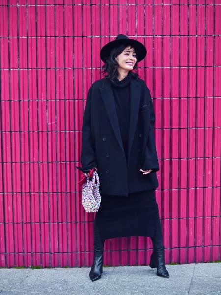 黒ジャケット×黒ワンピース×黒デニムパンツ
