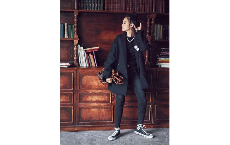 【8】黒ジャケット×黒ニット×黒パンツ
