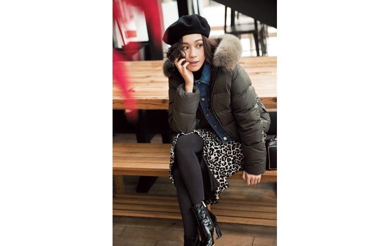 【2】カーキダウンジャケット×レオパード柄スカート×黒タートルネックセーター