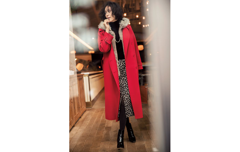 【1】赤コート×レオパード柄スカート×黒タートルネックセーター