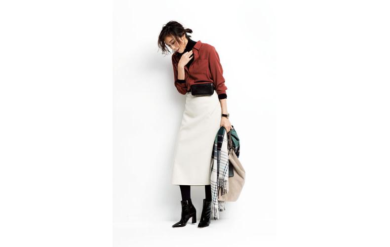 【2】白スカート×赤茶シャツ×黒タートルネック