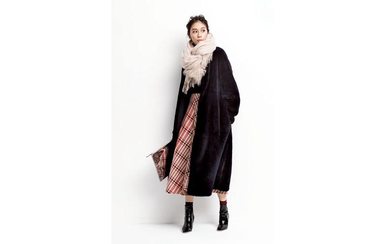 【3】黒ムートンコート×黒ニット×チェック柄スカート