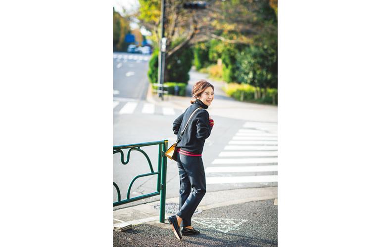 【3】黒タートルネックニット×ユニクロの黒パンツ
