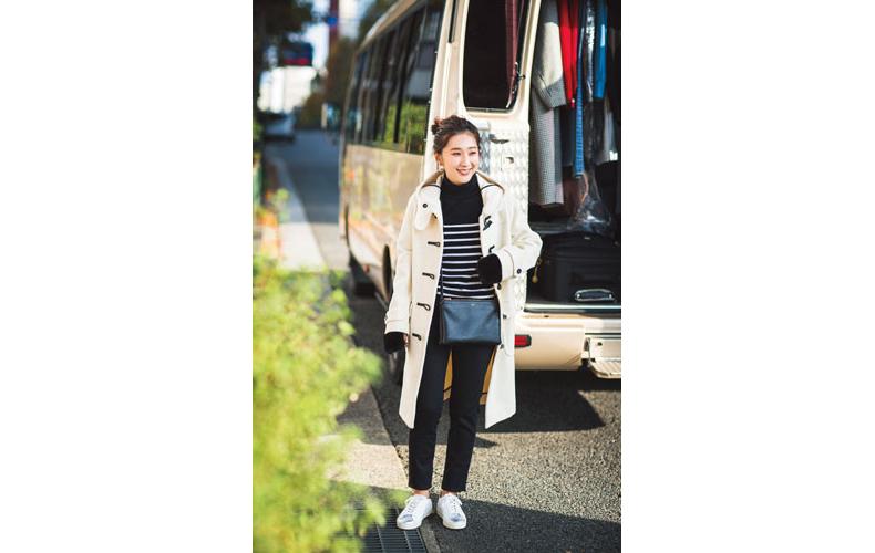 【6】白ダッフルコート×黒パンツ×白スニーカー