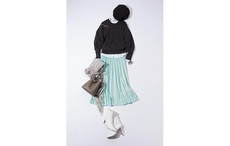 【2】グリーンプリーツスカート×ユニクロの黒ニット
