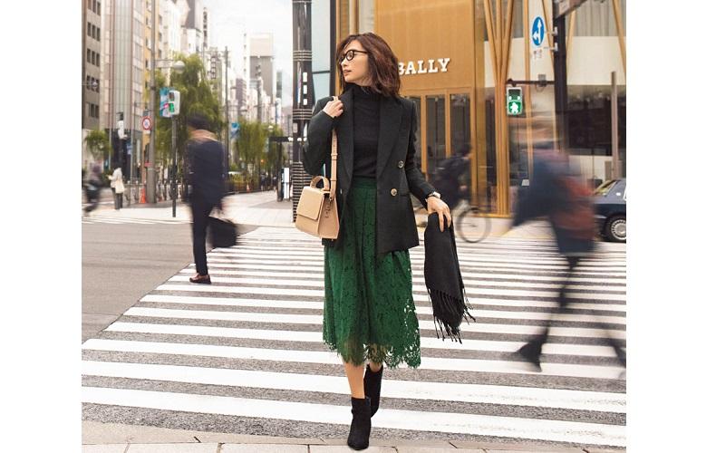 【7】黒ジャケット×黒ニット×緑スカート