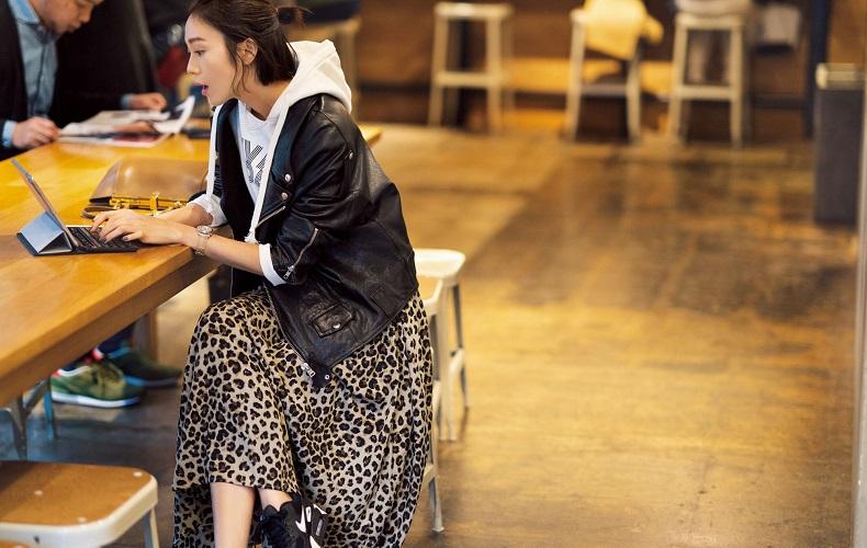 【4】レオパード柄スカート×白パーカー×黒ジャケット