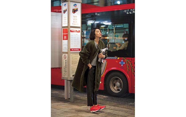 【4】カーキボアコート×黒パンツ×赤スニーカー
