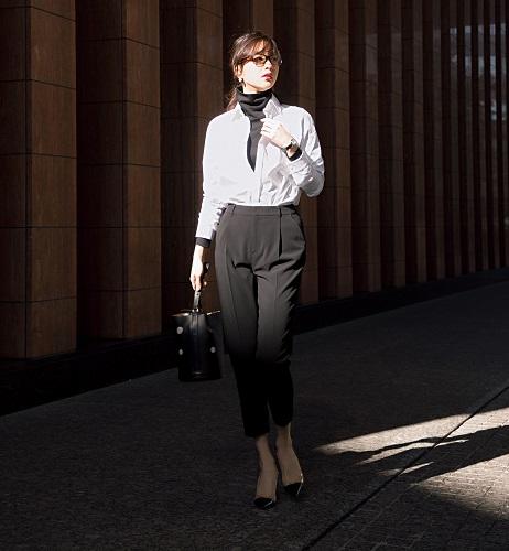 【4】黒パンツ×黒タートルネックカットソー×ザ・リラクスの白シャツ