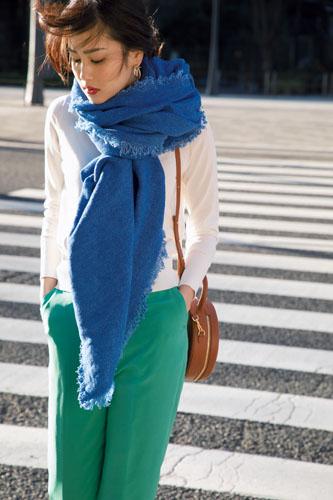 【7】青ストール×白カーディガン×緑パンツ