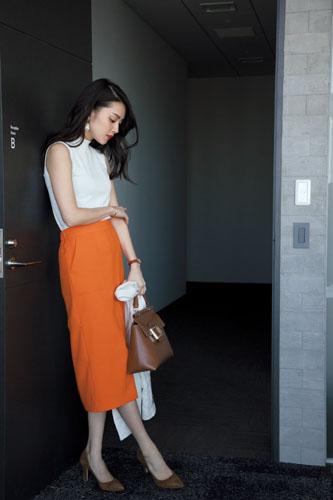 【2】白カーディガン×白ニット×オレンジタイトスカート