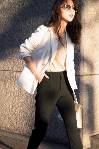 【9】白Tシャツ×黒パンツ×白リネンジャケット