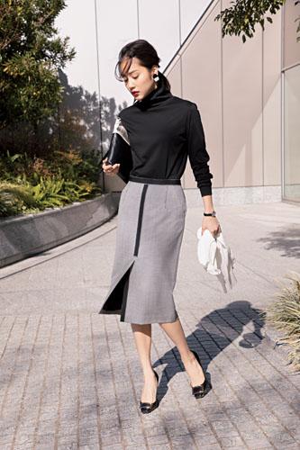 【8】黒カットソー×グレータイトスカート