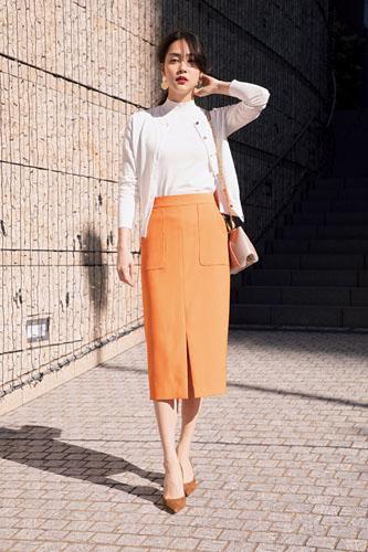 【10】白カーディガン×白ニット×オレンジタイトスカート