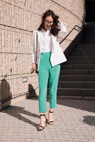 【2】白ジャケット×グリーンパンツ×白シャツ
