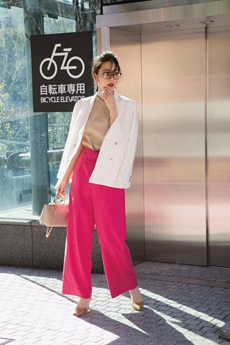 【2】ベージュTシャツ×ピンクワイドパンツ×白ジャケット
