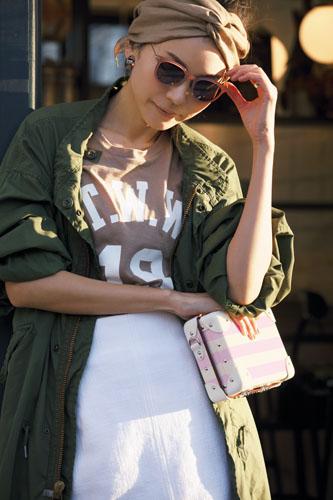 【6】カーキコート×ベージュTシャツ×白スカート