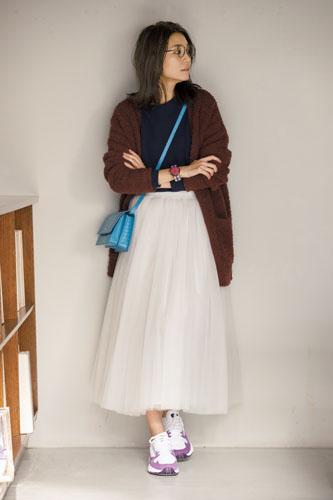 【4】ネイビーTシャツ×白チュールスカート×ブラウンニットカーディガン