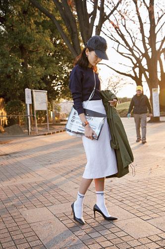 【6】カーキコート×紺Tシャツ×白スカート×紺キャップ