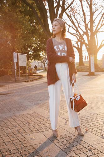 【3】ブラウンカーディガン×ベージュTシャツ×白ワイドパンツ