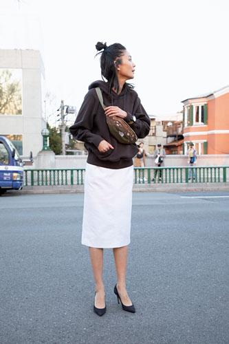 【2】ブラウンパーカ×白タイトスカート