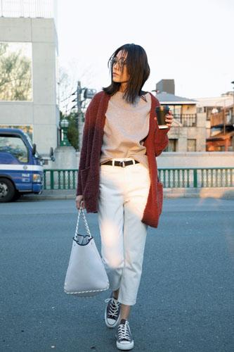 【2】グレーTシャツ×白デニムパンツ×ブラウンニットカーディガン