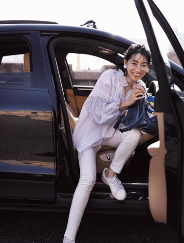 【7】ストライプ柄ブラウス×白デニムパンツ×白スニーカー