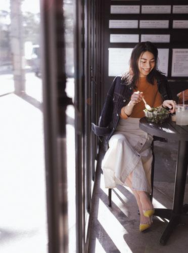 【2】デニムジャケット×茶ニット×ベージュスカート