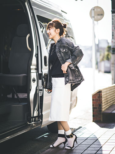 【8】白タイトスカート×黒ニット×黒Gジャン