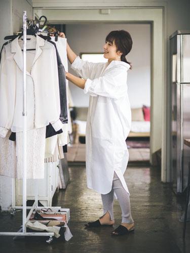 【8】白シャツワンピース×グレーレギンス