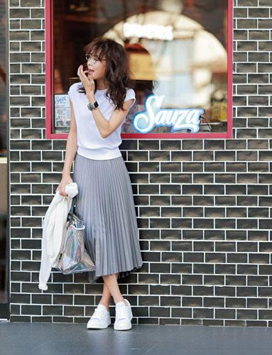 【6】白ニット×グレープリーツスカート×白スニーカー