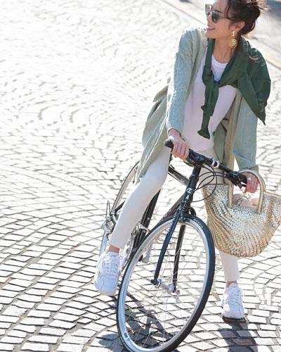 【5】グリーンシャツ×白パンツ×白スニーカー