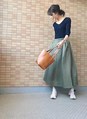【2】ネイビーニット×カーキフレアスカート×白スニーカー
