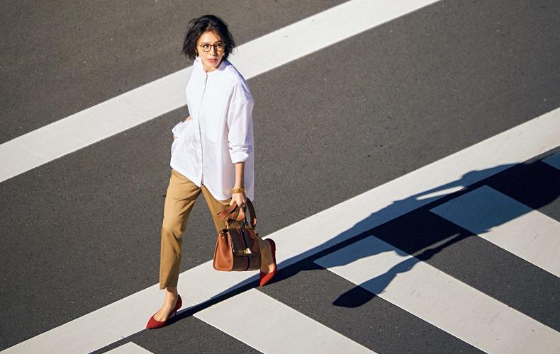 【6】白ロングシャツ×ベージュパンツ