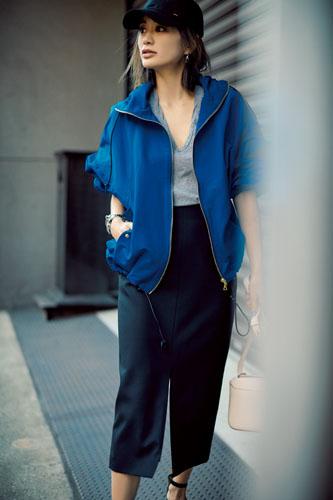 【4】ブルーブルゾン×グレーTシャツ×黒タイトスカート