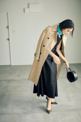 【2】ベージュコート×黒ニット×黒スカート
