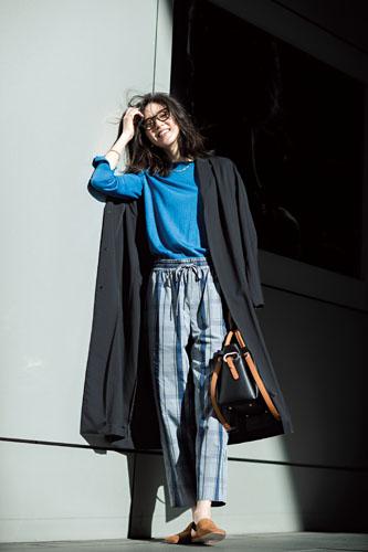 【4】チェック柄パンツ×ブルーニット×黒コート