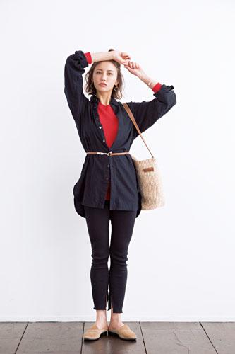 【1】黒シャツ×黒パンツ×赤ニット