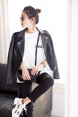 【2】黒ブルゾン×黒パンツ×白Tシャツ