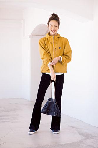 【8】黄コート×白トップス×黒パンツ