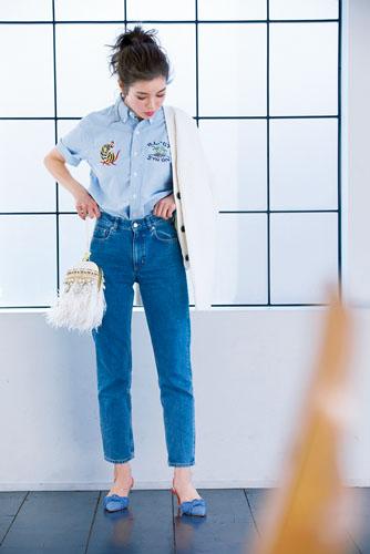 【1】水色シャツ×デニムパンツ×白ニットカーディガン