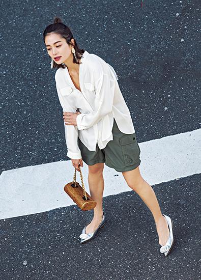 【1】白ブラウス×カーキショートカーゴパンツ