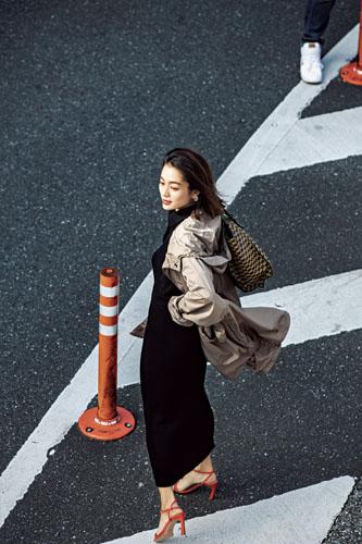 【10】ベージュコート×黒ニット×黒ロングスカート