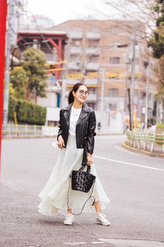 【2】黒ジャケット×白Tシャツ×白スカート