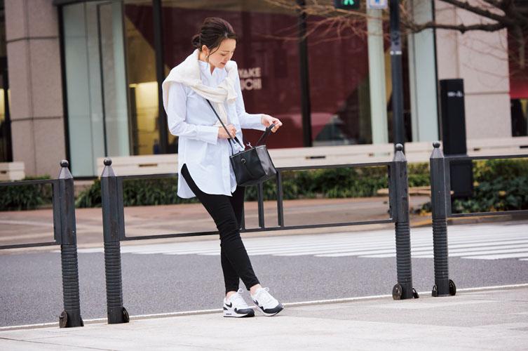 【10】白シャツ×黒パンツ×黒配色スニーカー