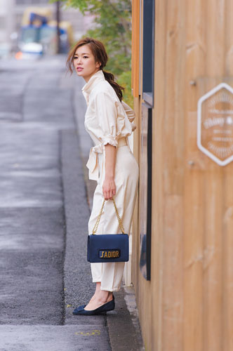 【6】青ハンドバッグ×青パンプス×白オールインワン