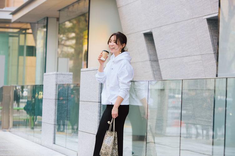 【3】黒タイトスカート×白パーカ
